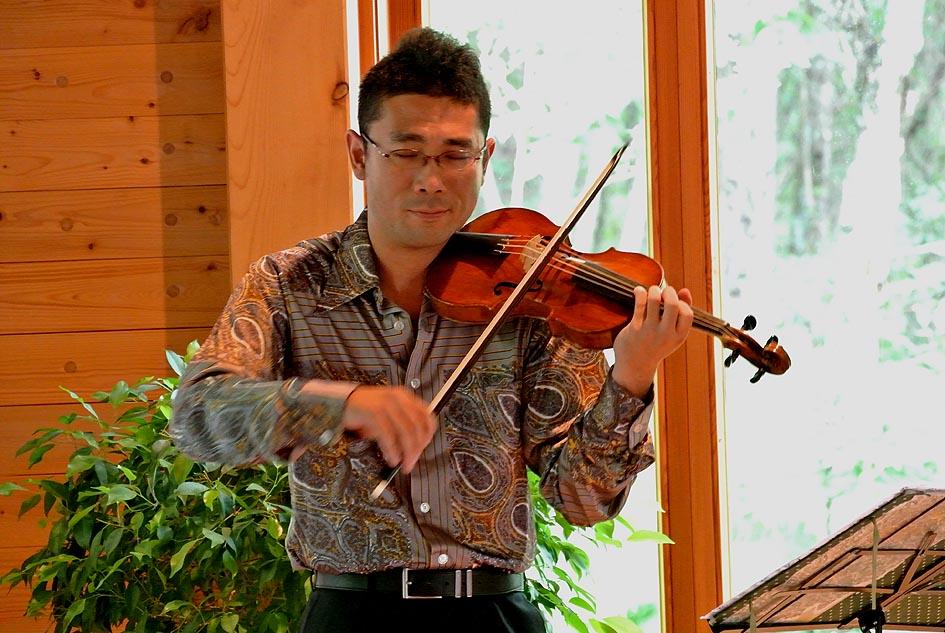 バロックヴァイオリンで熱演する丹沢広樹さん